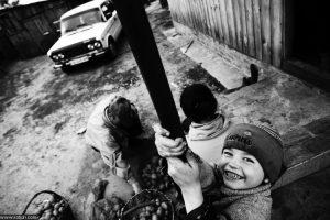 Дмитрий Котюх. Сортировка картофеля. Украина, с. Забаровка. 2011.